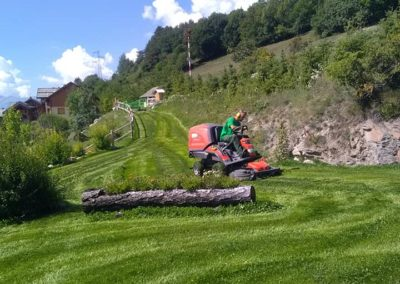 tonte de gazon entretien espace vert dans les Hautes Alpes
